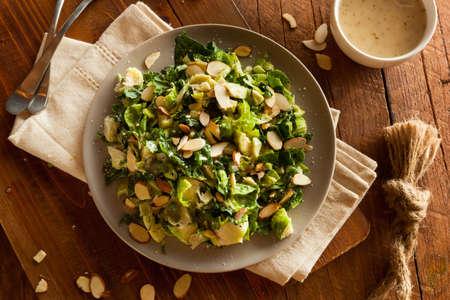 Boerenkool en Brussel Sprout Salade met almons en Lemon Dressing