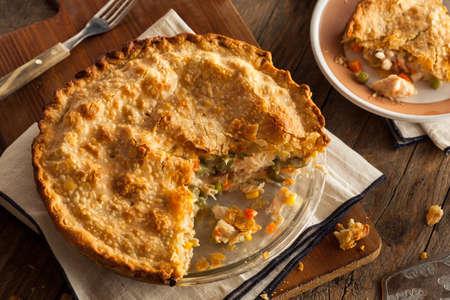 완두콩과 당근 왕성한 홈 메이드 치킨 팟 파이