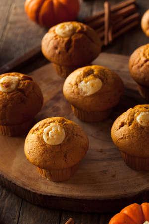 magdalenas: Homemade Muffins de calabaza de especias con helar queso crema Foto de archivo
