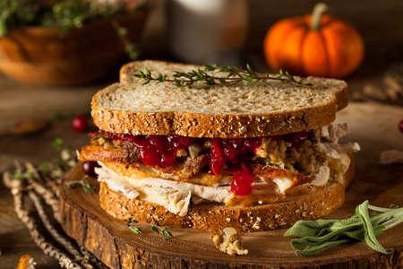 sandwich de pollo: Hecho en casa Sandwich sobrante acci�n de gracias con Turqu�a Ar�ndanos y Relleno Foto de archivo