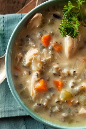 sopa de pollo: Hecho en casa arroz salvaje y la sopa de pollo en un taz�n de fuente
