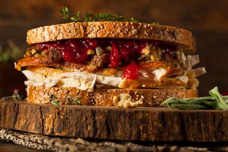 Zelfgemaakte Leftover Thanksgiving Sandwich met Turkije Cranberries en Vulling Stockfoto