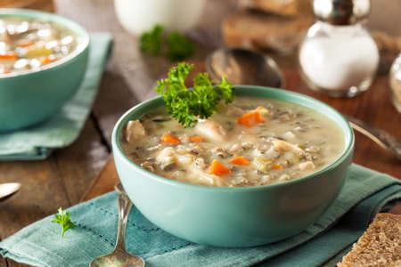 Zelfgemaakte wilde rijst en kip soep in een kom