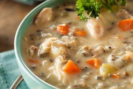 Homemade riz sauvage et soupe de poulet dans un bol Banque d'images - 47434563