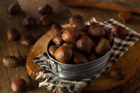 comida italiana: Italianos castañas crudas de Brown Orgánica Listo para la carne asada