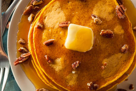 dynia: Homemade Pumpkin Pancakes with Butter Pecans and Maple Syrup Zdjęcie Seryjne