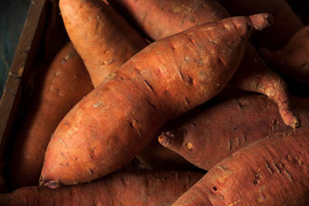 Raw Organische süße Kartoffeln in einem Kasten