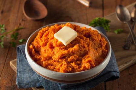 버터와 유기농 수제 으깬 달콤한 감자