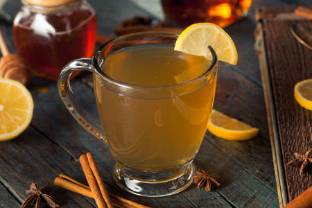 vin chaud: Warm Hot Toddy with Lemon Bourbon and Spices Banque d'images