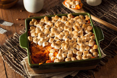 感謝祭のため自家製のサツマイモのキャセロール