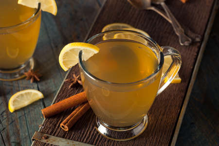 Chaud Hot Toddy au citron Bourbon et épices