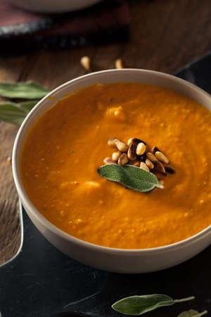 Zelfgemaakte wortel gember soep met geroosterde pijnboompitten