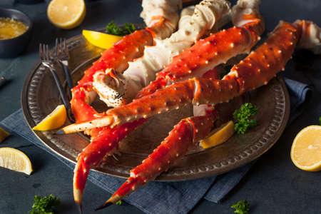 cangrejo: Cocinados cangrejo piernas Org�nica Alaskan King con mantequilla