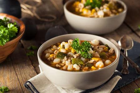 뜨거운 수제 흰 콩 치킨 칠리 고추와 옥수수