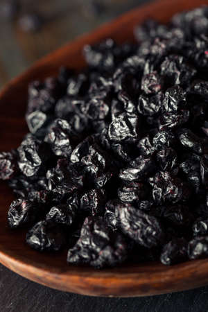 Healthy Raw Dried Blueberries in a Bowl 版權商用圖片