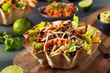 ensalada tomate: Ensalada del Taco en una tortilla de tazón con queso carne de lechuga