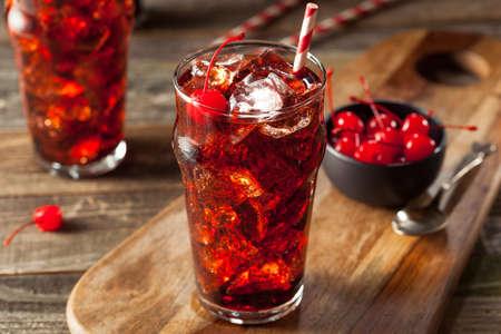 gaseosas: Refrescante dulce cereza Cola con guarnición y paja