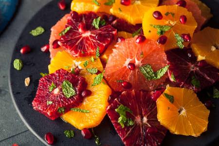 ensalada de frutas: Ensalada cruda hecha en casa de la fruta cítrica con pomelos y naranjas Foto de archivo