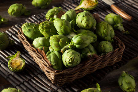 Raw Organic Green Baby Artichokes verzehrfertig Standard-Bild