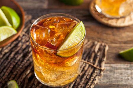 Ciemny i burzowy rum koktajl z wapna i imbirowego piwa Zdjęcie Seryjne