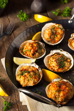 Homemade Baked Clams with Lemon and Parsley 免版税图像 - 53289617