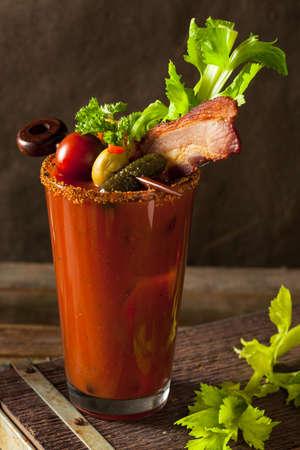 Bacon maison Spicy Vodka Bloody Mary avec Tomatos, Olive et Céleri Banque d'images
