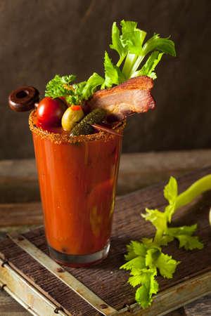 Hausgemachte Speck Spicy Wodka Bloody Mary mit Tomaten, Oliven und Sellerie Standard-Bild