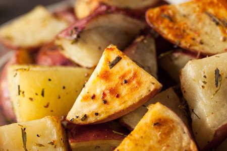 papas: Las patatas caseras asado de hierbas rojas con Sal y Pimienta Foto de archivo