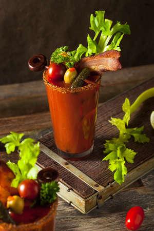coctel de frutas: Tocino casera picante Bloody Mary Vodka con tomate, oliva y apio