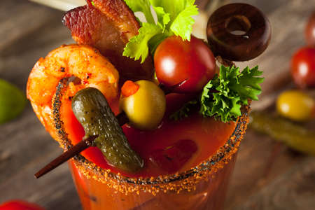 Tocino casera picante Bloody Mary Vodka con tomate, oliva y apio Foto de archivo - 53864964