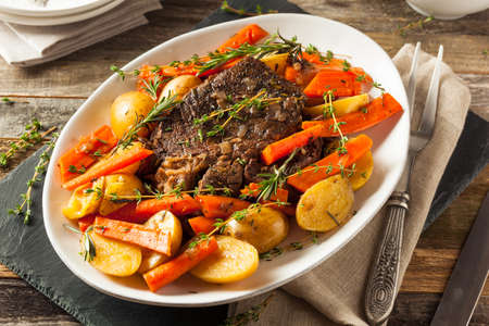 Casera lento Olla a carne asada con las zanahorias y las patatas Foto de archivo - 53875202