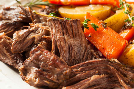 Homemade Slow Cooker Pot Roast with Carrots and Potatoes Imagens