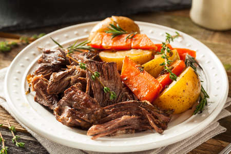 Homemade Slow Cooker Pot Roast with Carrots and Potatoes 免版税图像