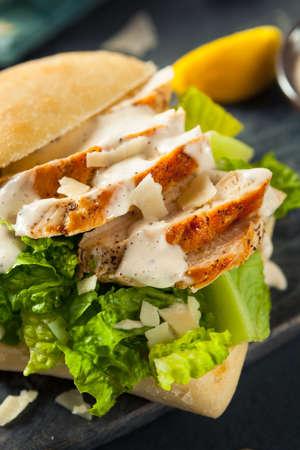 sandwich de pollo: Homemade Chicken Caesar Sandwich with Cheese and Lemon