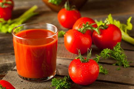 Roh Organisch Tomatensaft mit Petersilie und Sellerie Standard-Bild