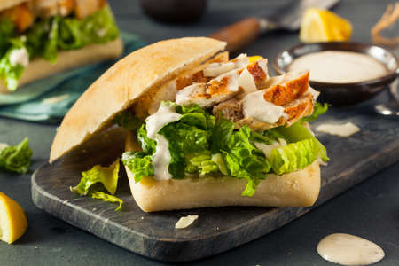 ensalada cesar: Hecha en casa sándwich de pollo César con queso y limón