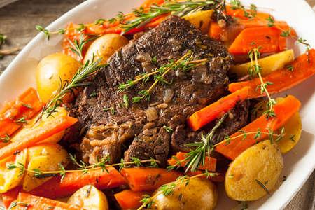 an onions: Casera lento Olla a carne asada con las zanahorias y las patatas