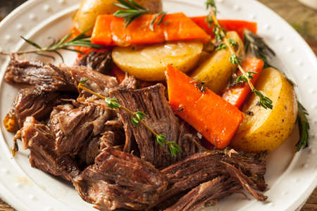 Homemade Slow Cooker Pot Roast with Carrots and Potatoes Archivio Fotografico