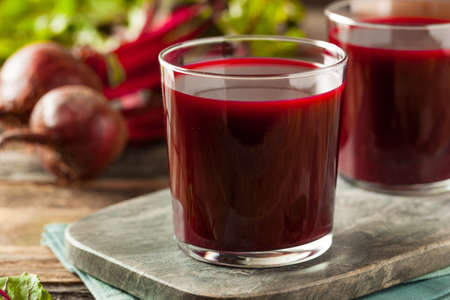 Raw Organic Beet sap in een glas Stockfoto - 53876739