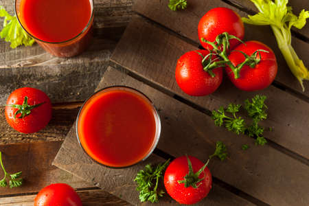 Raw Organic Tomato Juice with Parsley and Celery Stockfoto