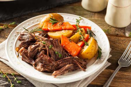 Homemade Slow Cooker Pot Roast with Carrots and Potatoes Standard-Bild