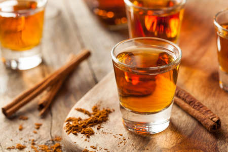 Cinnamon Whiskey Bourbon in a Shot Glass Ready to Drink Standard-Bild