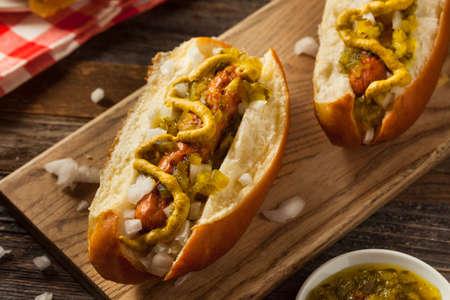Perro caliente a la parrilla saludable Turquía con mostaza y cebollas