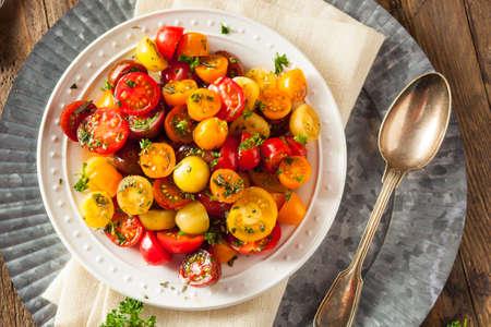 ensalada tomate: Raw Organic Cherry Tomato Salad with Fresh Herbs