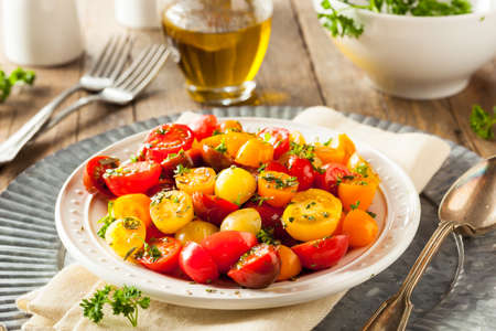 ensalada tomate: Ensalada cruda orgánica Tomate Cherry con hierbas frescas Foto de archivo