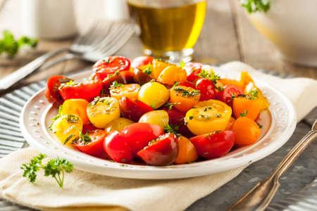 生有機チェリー トマトのサラダ新鮮なハーブ