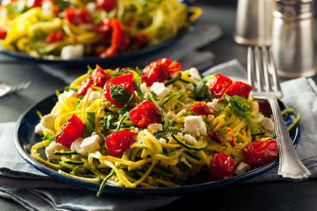 Homemade Zucchini Noodles Zoodles Pasta with Tomatos and Feta Foto de archivo