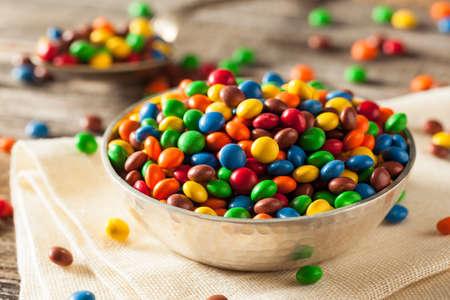 #55177269   Regenbogen Bunte Süßigkeit Beschichtete Schokoladenstücke In  Einer Schüssel