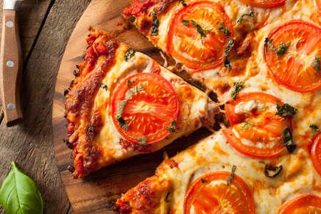 トマトとバジルの自家製ビーガン カリフラワー地殻ピザ