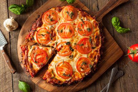 Homemade Vegan Cavolfiore Crust Pizza con pomodoro e basilico Archivio Fotografico - 55676795